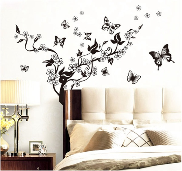 Наклейки на стену «Бабочки над цветами».